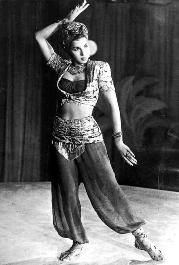 Crop-look-1940-belly-dancer